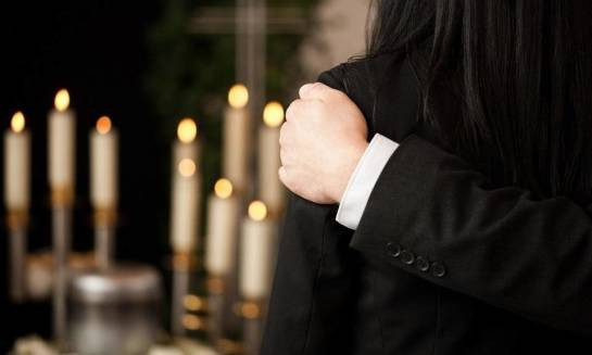 Tradycyjny pogrzeb czy kremacja – co wybrać?