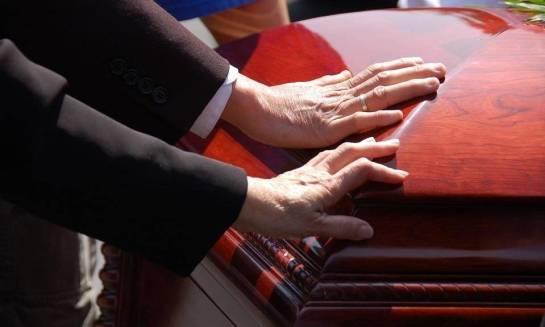 Godny pochówek dla ukochanej osoby. Jak wybrać dobry zakład pogrzebowy?